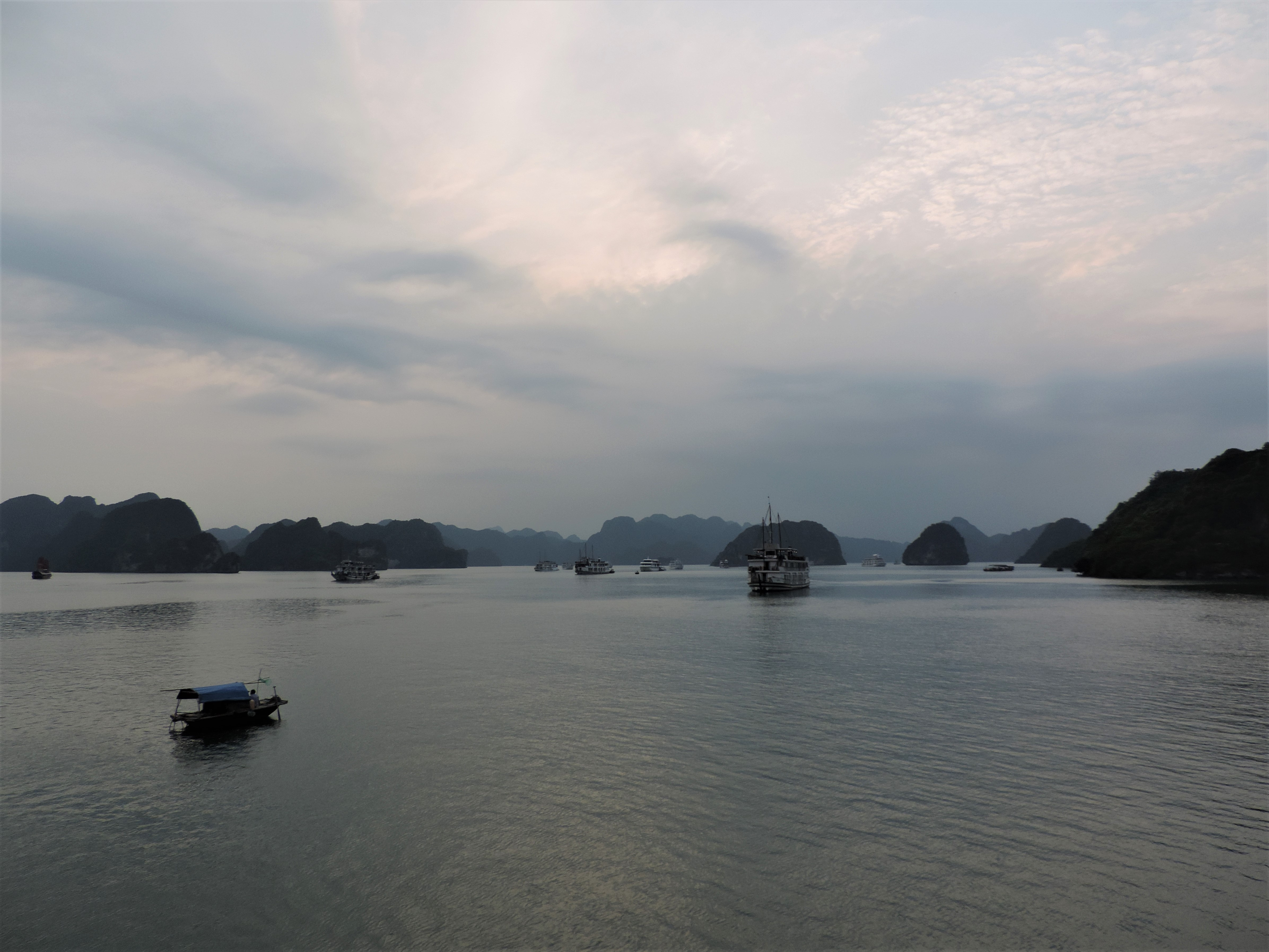 Ha Long Bay – cruise with a stunning landscape
